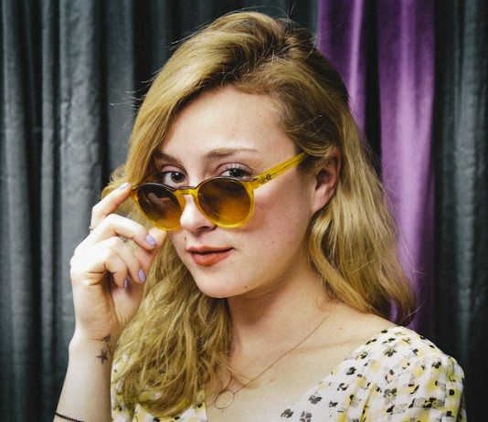 Russian Red con gafas amarillas