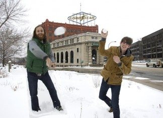 The Black Keys jugando con la nieve