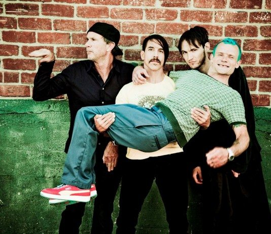 Red Hot Chili Peppers en pared de ladrillo