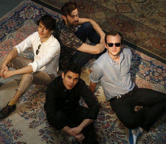 Vampire Weekend en una alfombra