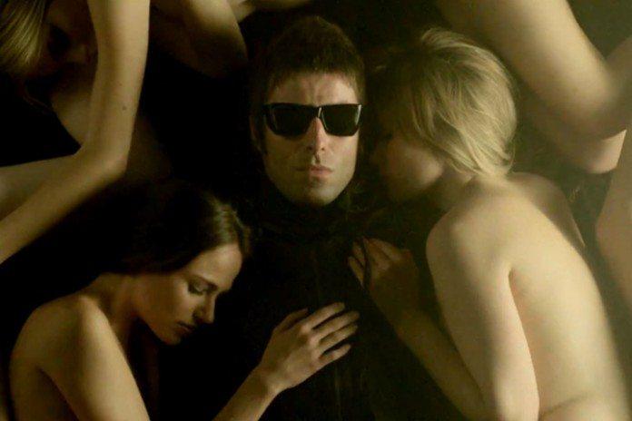 Liam Gallagher se vuelve cura para el vídeo de 'Shine a Light'