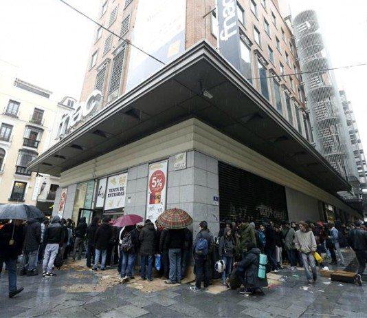 Gente en cola para comprar entradas en la Fnac Callao