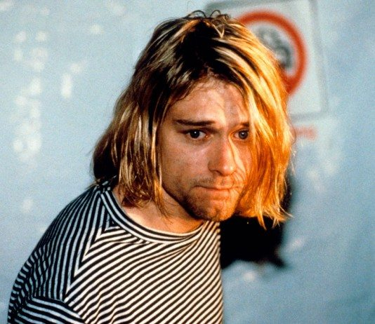 Kurt Cobain mirando hacia abajo