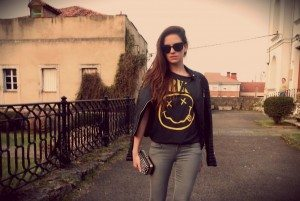 Una modelos paseando con una camiseta de Nirvana en un pueblo manchego