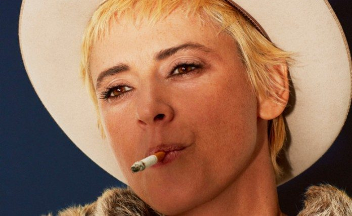 Cat Power fumando un cigarro