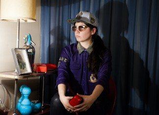 Javiera Mena con un teléfono rojo