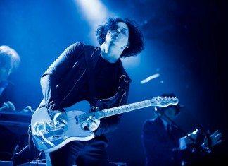 Jack White tocando un solo de guitarra durante un concierto de la gira de Blunderbuss