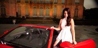 Lana del Rey en un Jaguar 2014