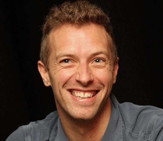 Chris Martin sonríe
