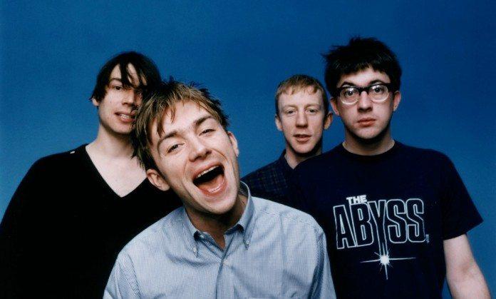 Blur posan sobre un fondo azul en la presentación de Parklife en 1994