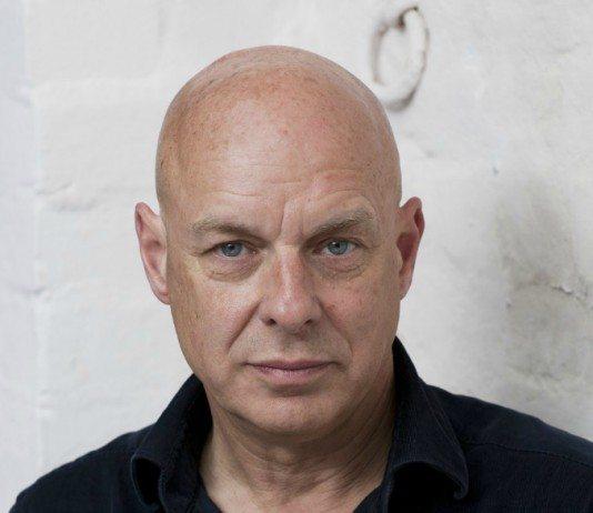 Brian Eno en una pared blanca