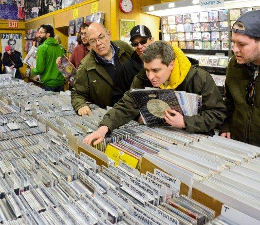 compradores en una tienda de discos en el Record Store Day 2014