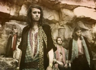 Crystal Fighters en unas rocas