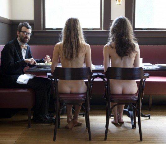 Mark Oliver Everett sentado con dos chicas desnudas