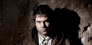Joe Crepúsculo en un muro de piedra