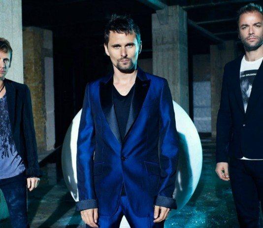 Muse posan con ropa azul en un almacén