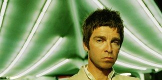 Noel Gallagher con fondo verde