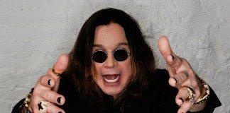 Ozzy Osbourne en una pared gris