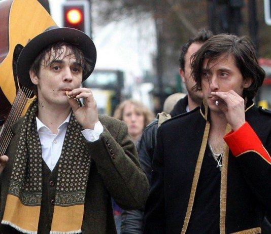 Pete Doherty y Carl Barat fumando en la calle.