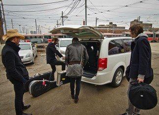 Grupo metiendo instrumentos en el coche