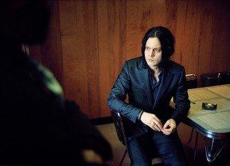 Jack White sentado con un cenicero