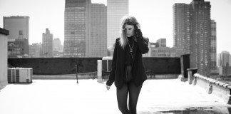 Lykke Li en una azotea en blanco y negro