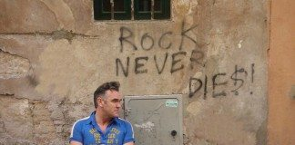 Morrissey con un grafiti en la pared: Rock never dies