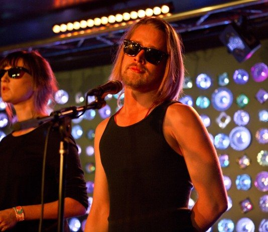 Macaulay Culkin con gafas de sol en directo con The Pizza Underground