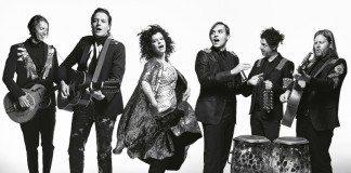 Arcade Fire tocando en una foto promocional en blanco y negro
