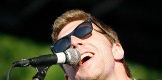 Hamilton Leithauser con gafas de sol en directo