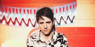 Owen Pallett en una pared de colores