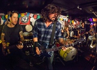 Foo Fighters tocando en un bar