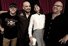 Pixies con un telón rojo en KCRW