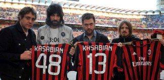 Kasabian con camisetas del AC Milan