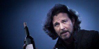 Eddie Vedder con una botella de vino