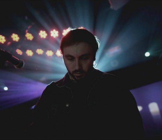 John Talabot con luces de colores