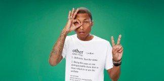 Pharrell Williams con un fondo verde gesticulando
