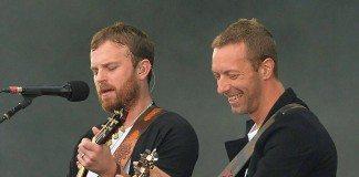 Chris Martin y Caleb Followill con Kings of Leon en el One Big Weekend 2014