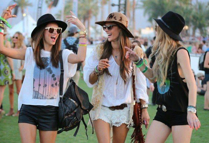 Chicas riendo en un festival