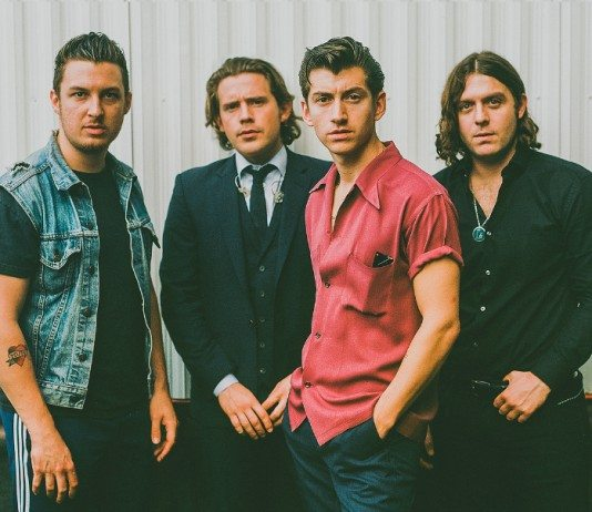 Arctic Monkeys posando en 2014