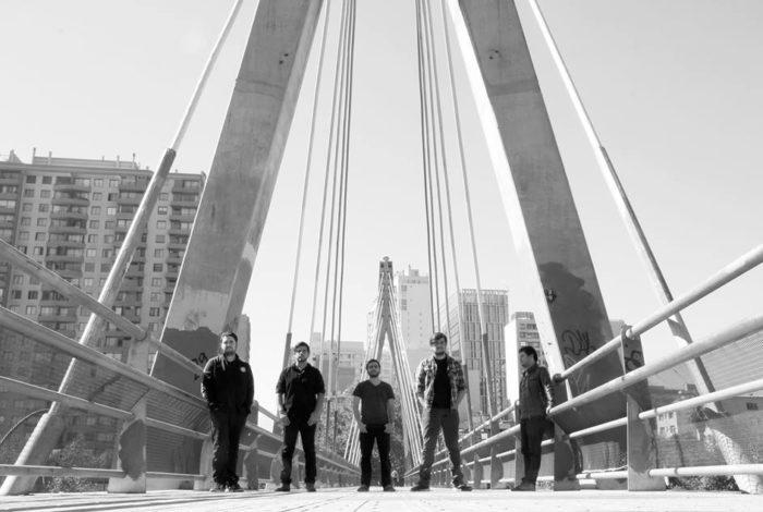 Baikonur sobre un puente en una foto en blanco y negro.