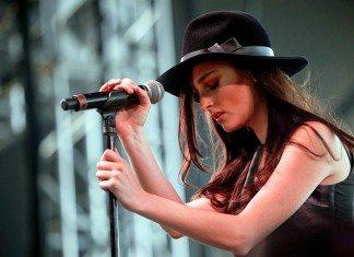 Banks en directo junto a un micrófono con un sombrero.