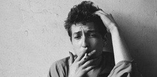 Bob Dylan fumando en sus primeros años de carrera