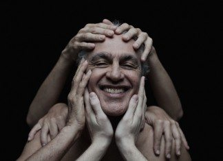 Caetano Veloso rodeado de manos