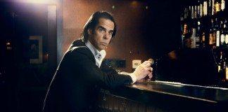 Nick Cave en la barra de un bar