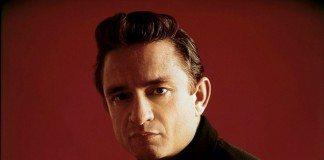Johnny Cash joven en un fondo rojo