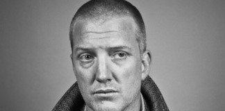 Josh Homme rapado en blanco y negro
