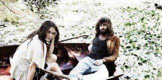 Julia Stone y Angus Stone montados en un bote sobre un lago.
