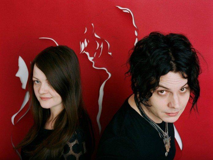 Jack y Meg White en una pared roja con sus perfiles