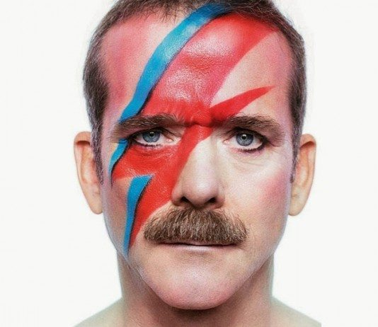 Chris Hadfield con rayo de Bowie